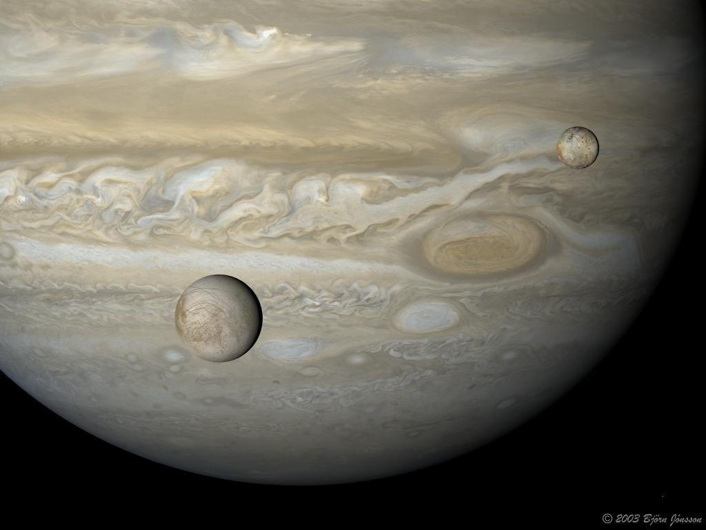 اندازه بزرگ و کشش جاذبه قوی این سیاره، خرده ریزهای خطرناک باقی مانده از اجرام آسمانی را به سوی خود کشیده و آنها را از حرکت بسوی زمین، باز می دارد.