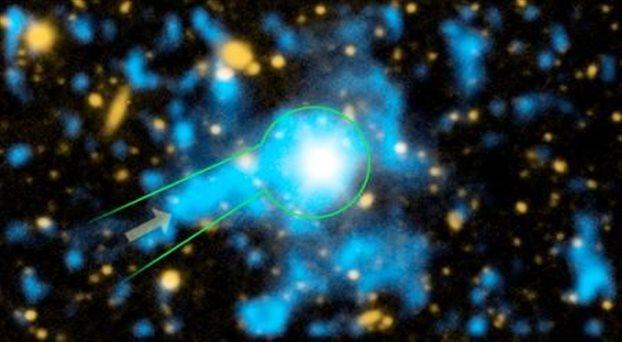 """در این تصویر""""شبه اختر"""" هسته یک کهکشان جوان به نام QSO 1549+19 قابل مشاهده است که احاطه در گاز کهکشانی است."""