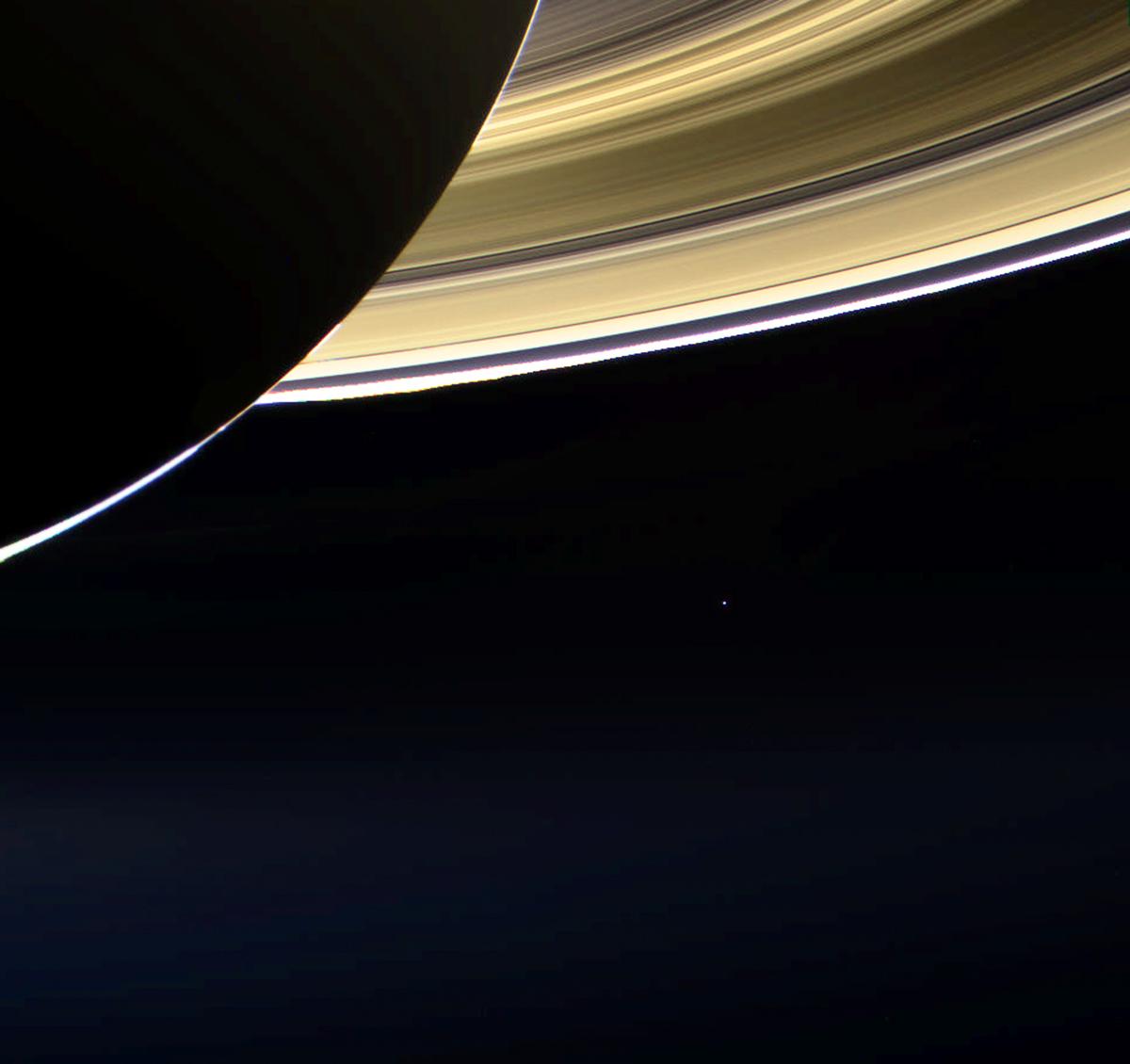"""تصویری از """"نقطۀ آبی کمرنگ"""" که فضاپیمای کاسینی از مدار زحل در سال 2013 به ثبت رساند."""