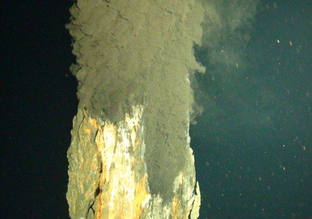 مطالعه جدید نشان می دهد که حیات میکروبی حتی در منافذ آتشفشانی اعماق دریا که دمایی فوق گرم دارند، نیز وجود دارد.