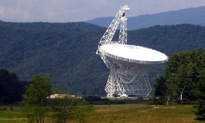 تصویری از تلسکوپ گرین بانک واقع در غرب ویرجینیا ، دانشمندان برای اولین بار با استفاده از این تلسکوپ 36 ساعت جهت شناسایی امواج بیگانگان فضایی، منظومه های دور دست را جستجو کردند.