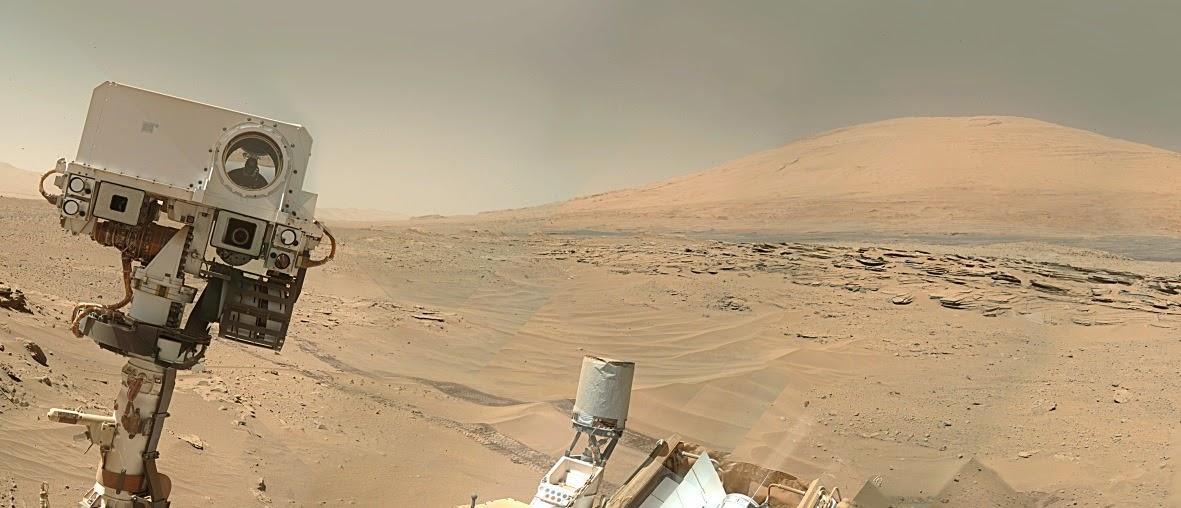 """""""کنجکاوی"""" با استفاده از دوربین خود، یک عکس تکی با پس زمینه کوه شارپ از خودش گرفت."""