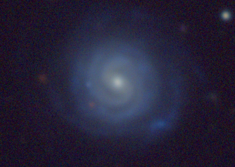 تصویری از کهکشان SDSS J083909.27+450747.7 که شبیه به کهکشان راه شیری است و به نام  شناخته می شود. رنگ ترکیبی سفید که در مرکز کهکشان زرد رنگ و در قسمت بازوهای مارپیچی آبی رنگ به نظر میرسد.