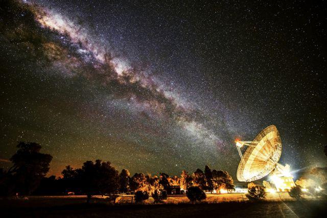 تصویری از تلسکوپ رادیویی پارکس واقع در استرالیا که امواج رادیویی مرموزی را دریافت کرده است.