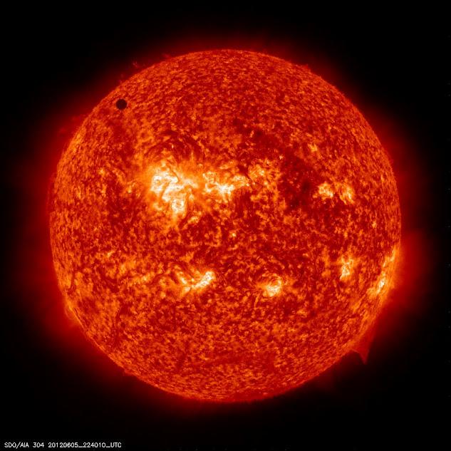 """تصویری از گذر سیاره ناهید از مقابل خورشید در سال 2012 که """"رصدخانه دینامیک خورشیدی"""" آن را به ثبت رسانده است."""