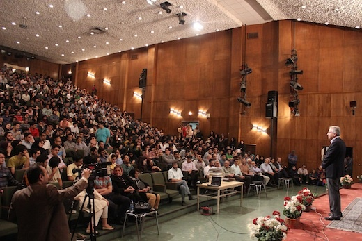 """دکتر """"کامران وفا"""" در حال سخنرانی در جمع علاقمندان علم"""
