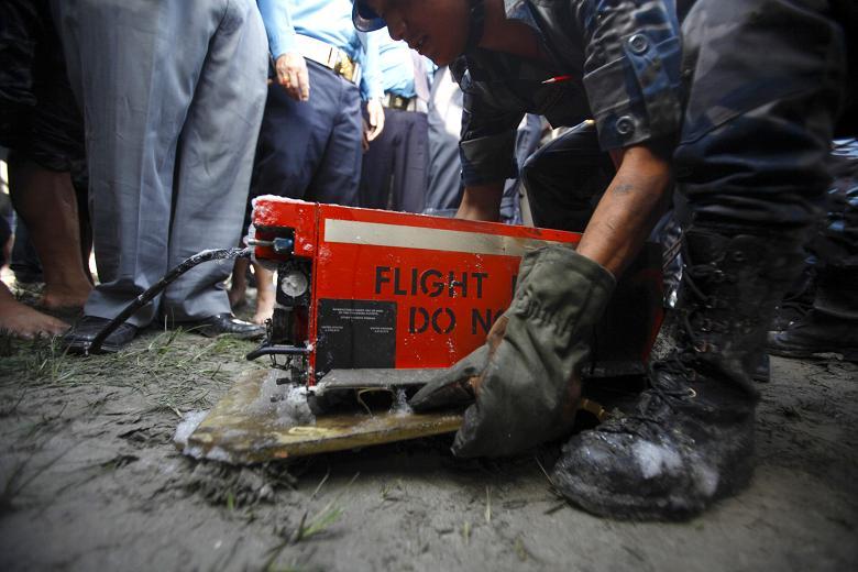 جعبه سیاه هواپیما ها در حقیقت یک جعبه نارنجی رنگ است که مجموعه ای از تجهیزات الکترونیکی ضبط صدا و اطلاعات پروازی را ثبت می کند.
