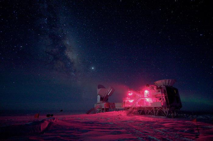 تصویری از رادیوتلسکوپ بایسپ 2 در قطب جنوب، دانشمندان معتقدند تیم بایسپ۲ بجای مشاهدۀ امواج گرانشی، غبار درون کهکشان راه شیری را مشاهده کرده اند.