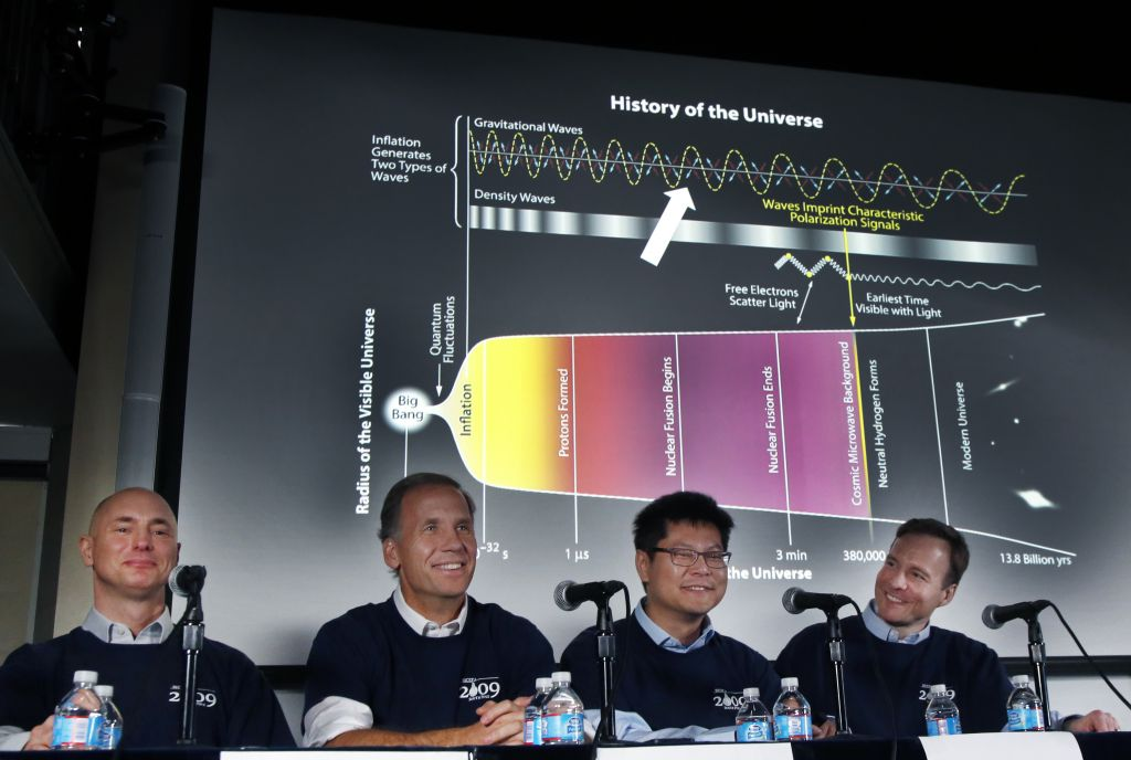 تصویری از دانشمندان خوشحال بایسپ۲ در کنفرانس خبری 17 مارس در مرکز هاروارد اسمیتسونین هاروارد، از چپ به راست: کلیم پریک، جیمی بوک، چائو لین کوآ و جان کواچ