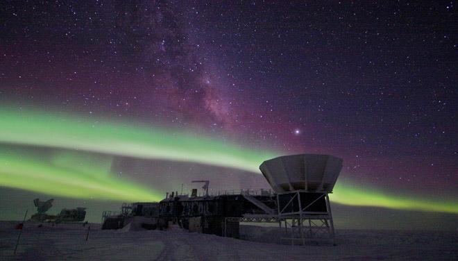 تصویری از رادیوتلسکوپ BICEP2 در قطب جنوب، که ظاهرا تواتنسته امواج گرانشی بیگ بنگ را مشاهده کند.