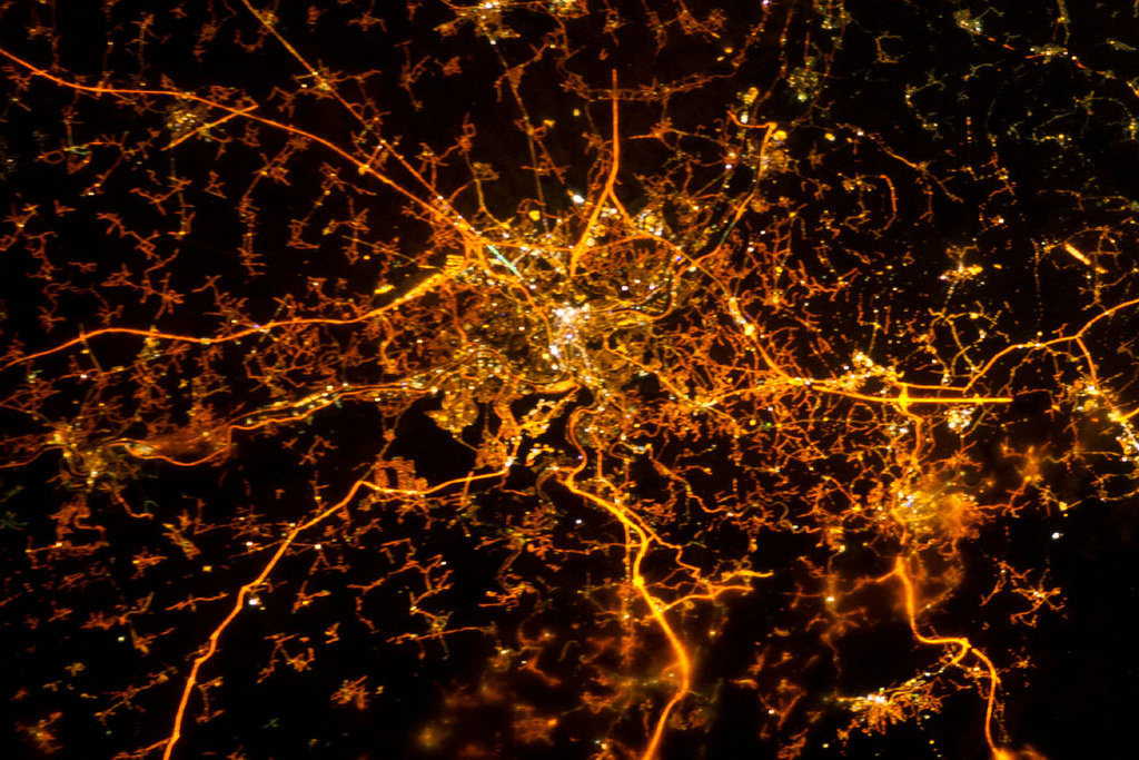 نمای شب شهر لژ در بلژیک و چراغهای روشن آن که از ایستگاه فضایی بین المللی در 8 دسامبر، 2012 گرفته شده است. اعتبار: ناسا