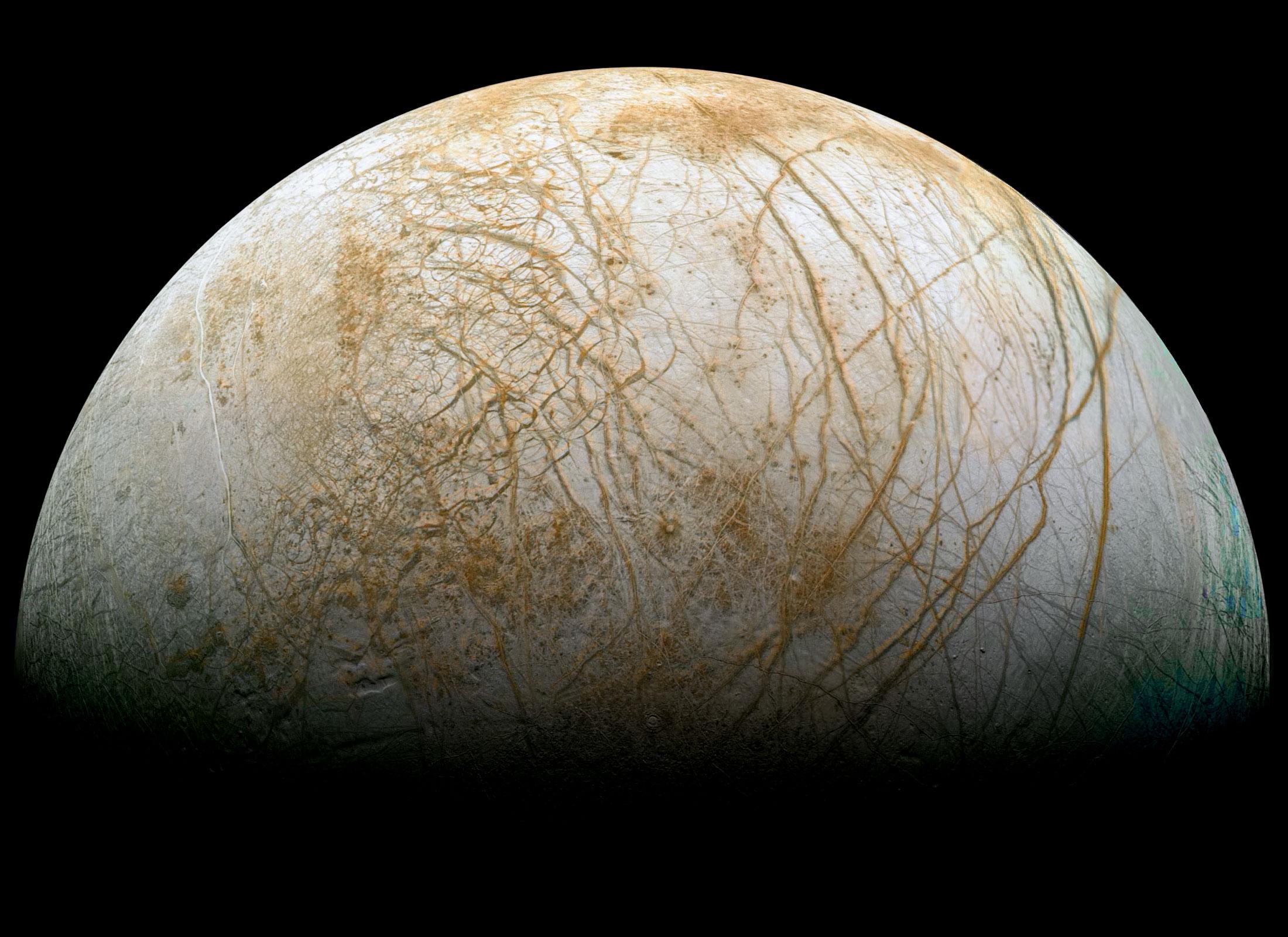 """تصویری از قمر یخ زده """"اروپا""""، دانشمندان معتقدند در زیر این یخ های قطور می تواند حیات میکروبی وجود داشته باشد."""
