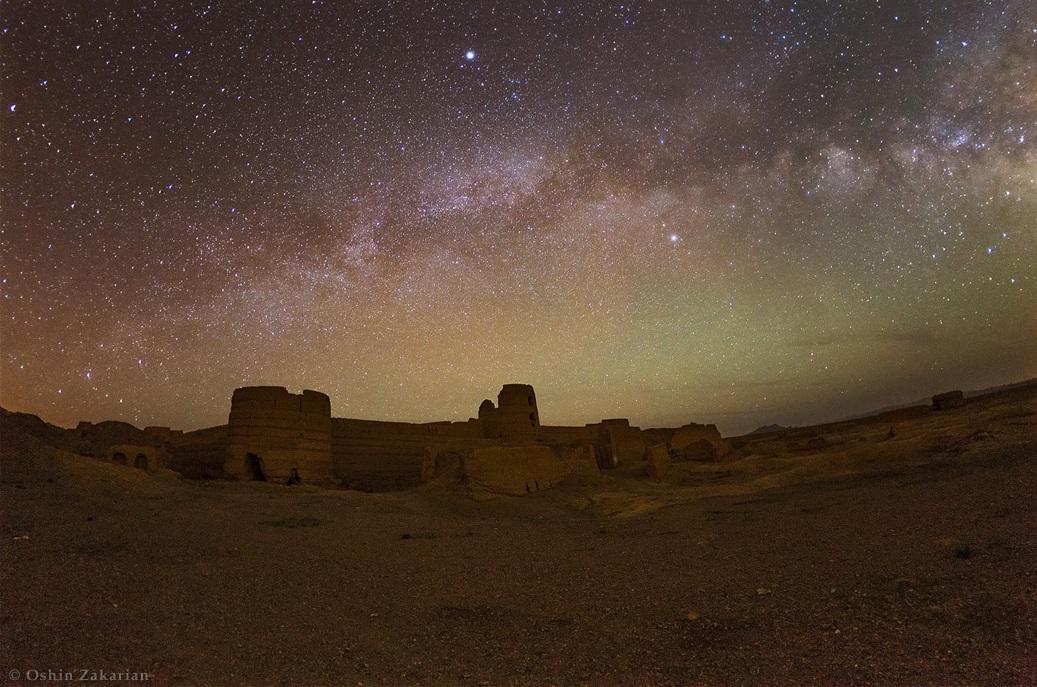 در این تصویر کمان کهکشان راه شیری را بر فراز خرابه های قلعه ای باستانی در نزدیکی کاشان مشاهده می کنید. عکس از: اوشین زاکاریان