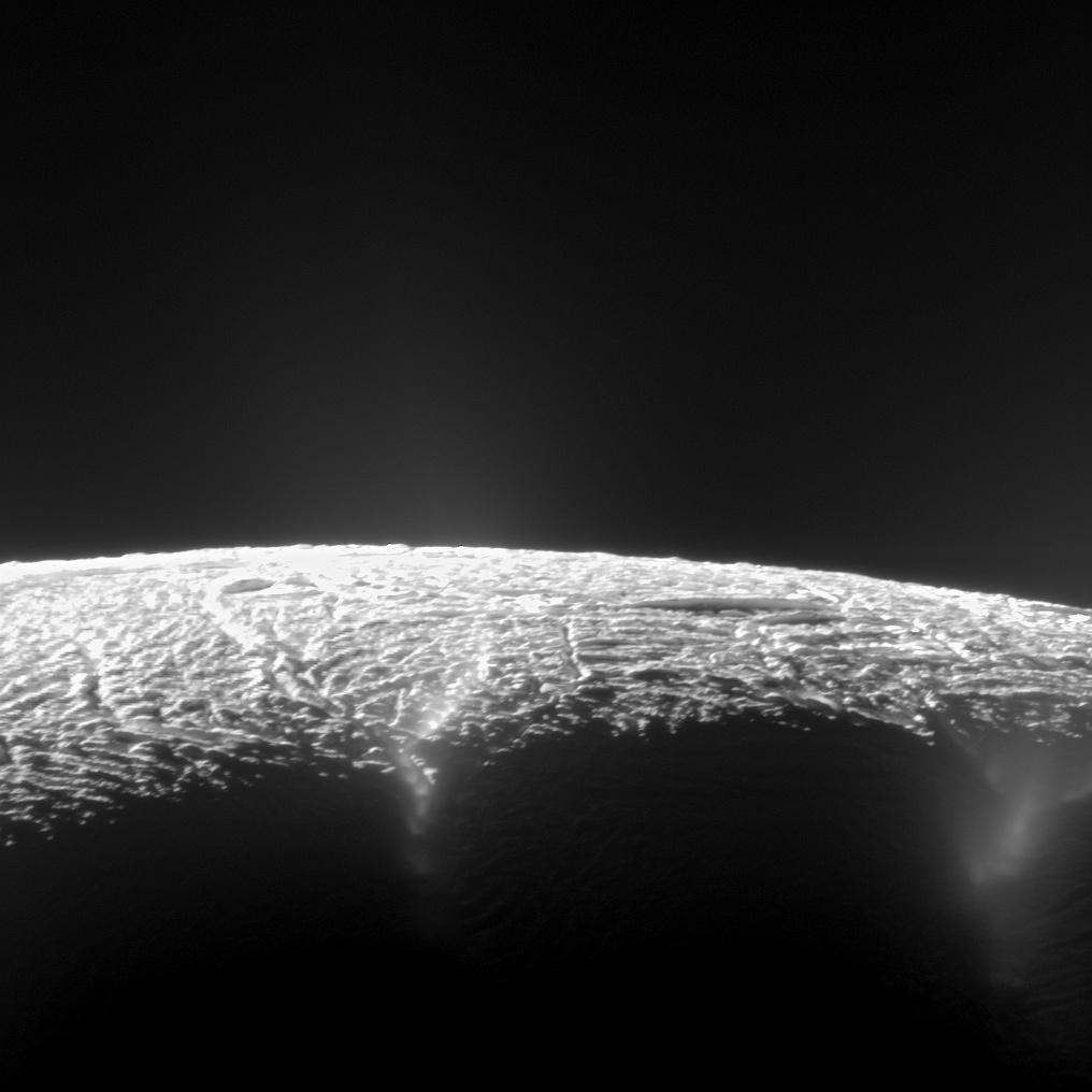 """دانشمندان با بررسی تصاویر قطب جنوب """"انسلادوس"""" بیش از 101 فوران آبفشان در این قمر کشف کردند."""