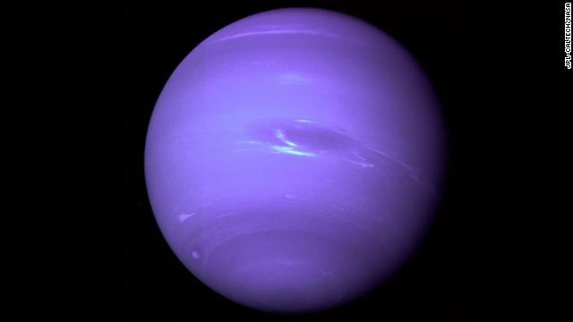 سیاره ی نپتون بعد از دیدن ی غیرمنتظره ی لغزش در مدارِ اورانوس کشف شد. محاسبات نشان داد که آن لغزش با لغزشِ قطبِ گرانشیِ یک سیاره ی دیدن نشده مطابقت دارد.