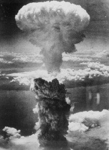 این ستون دود و گرد و خاک تخریب با ارتفاعی حدود 18300 متر حاصل از انفجار بمب اتمی است که در جنگ جهانی دوم در 9 آگوست 1945 در ناکازاکی ژاپن فرود آمد و هزاران نفر را کشت.
