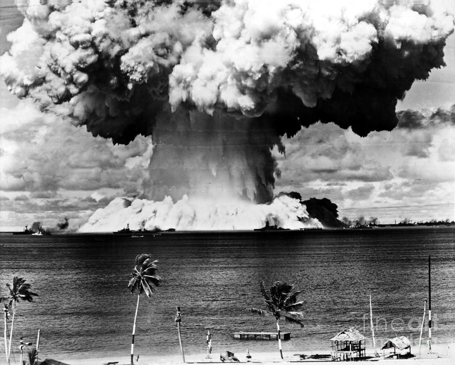ابر قارچ حاصل از آزمایش اولین انفجار هستهای در زیر آب که در جزیره بیکینی آمریکا صورت گرفت.