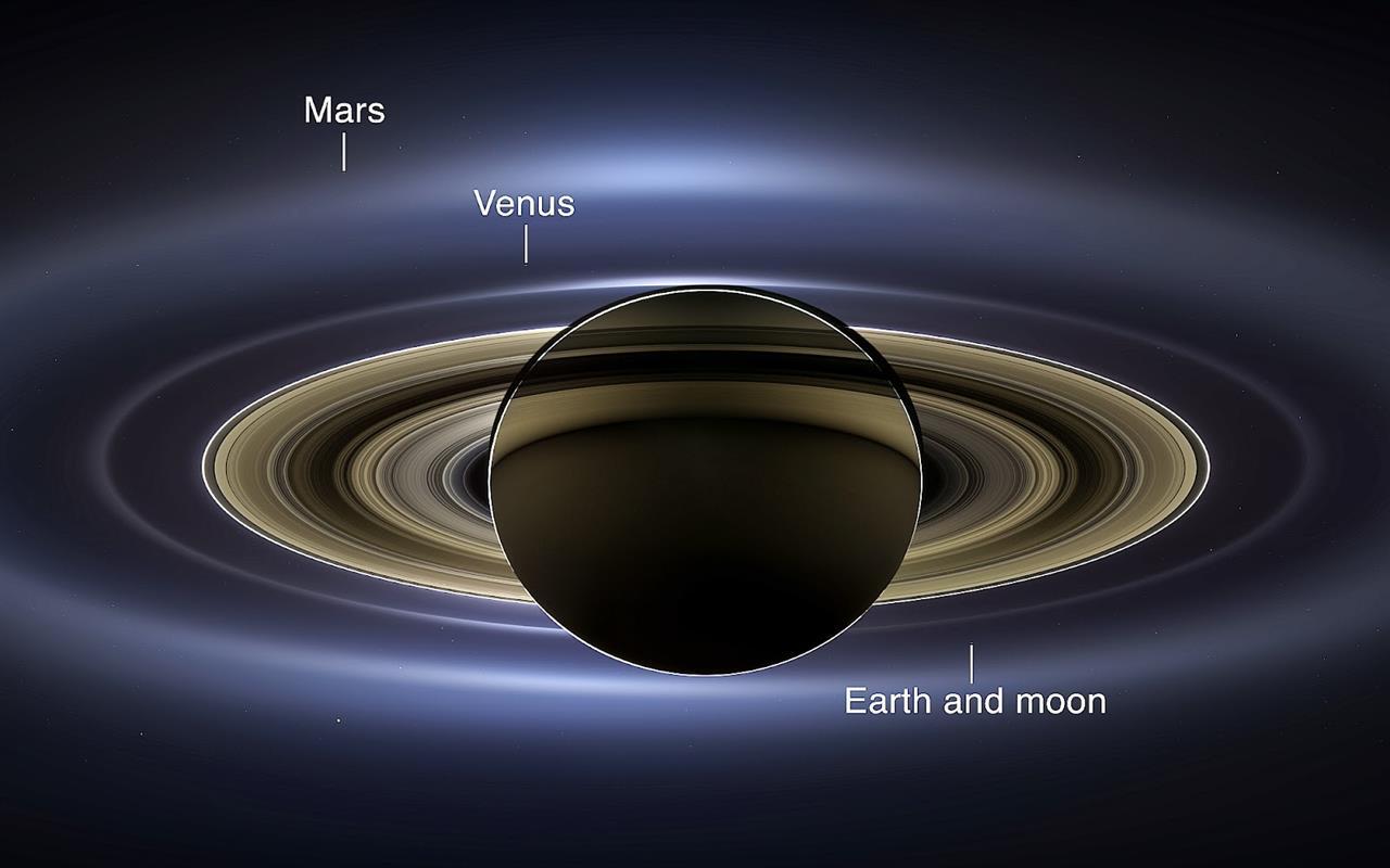 تصویری بسیار زیبا از زحل و حلقه های زیبایش در کنار ، نقطه آبی دوست داشتنی – زمین در کنار ماه،ناهید و مریخ که توسط فضاپیمای کاسینی در ۱۹ ژوئن 2013 گرفته شده است.