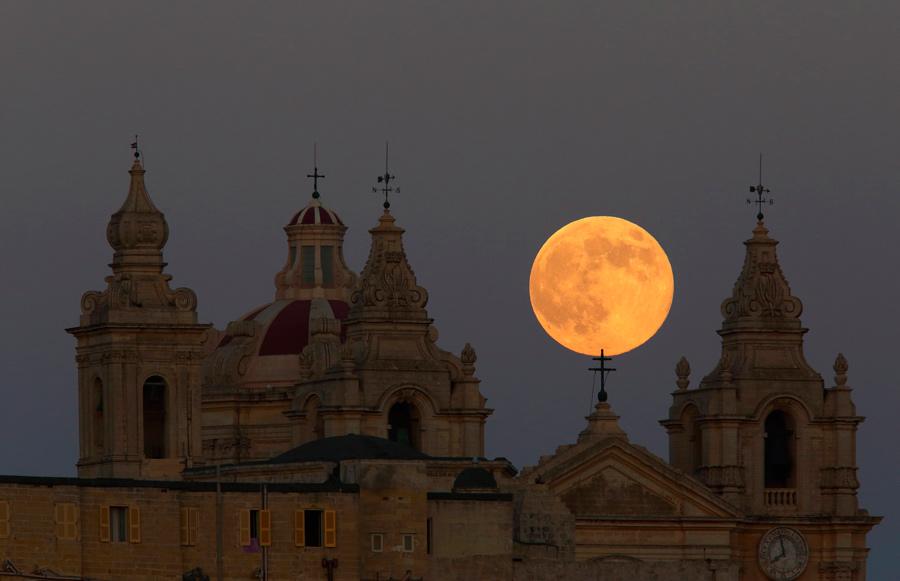 ماه کامل بر فراز مالت
