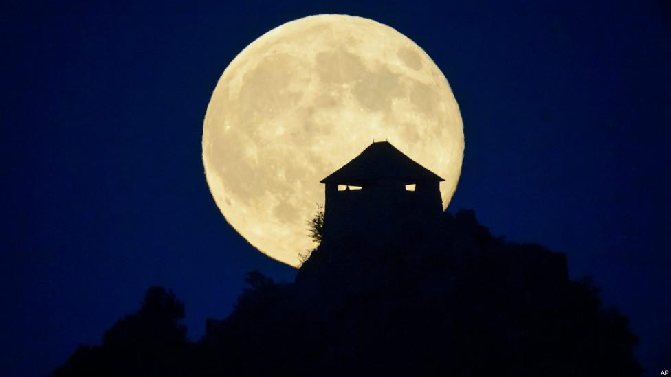 ماه کامل بر فراز آسمان لس آنجلس در آمریکا
