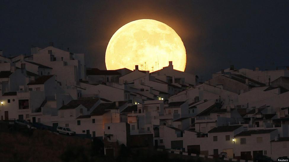 ابر ماه بر فراز شهر اولورا در جنوب اسپانیا