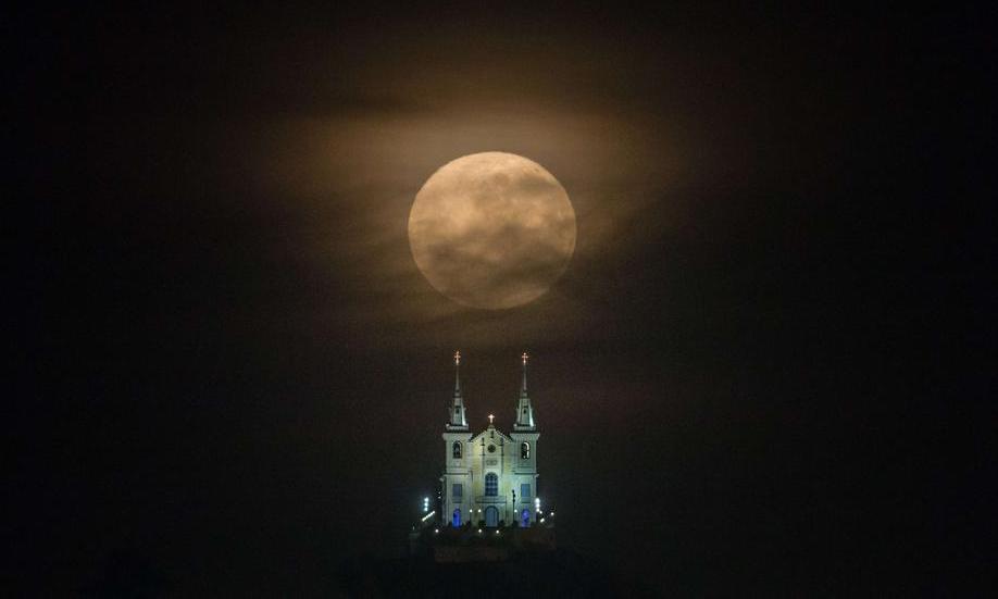 ابر ماه بر فراز شهر ریودوژانیرو در برزیل