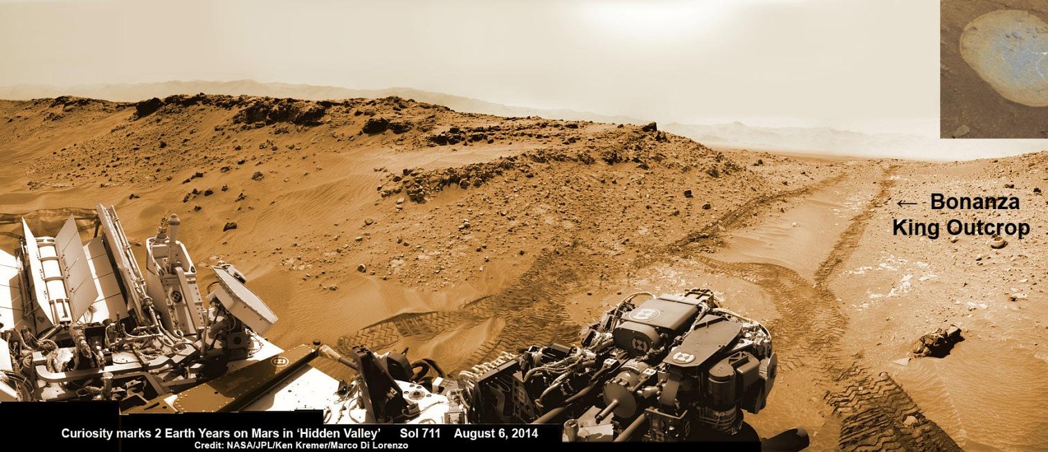 این نمایی که دوربین مسیریاب مریخ نورد کنجکاوی 6 آگوست 2014 (15 مرداد ) از رد چرخ های کنجکاوی بر سطح شنی سیاره سرخ ثبت کرده است.