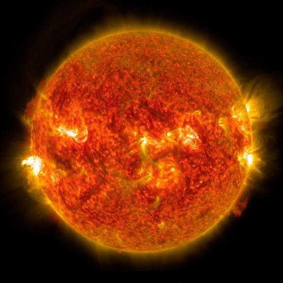 در این تصویر یک شرارۀ درخشان را در سمت چپ خورشید می بینید. این عکس را رصدخانه ی دینامیک خورشیدی ناسا در ۲۴ آگوست 2014 ثبت کرده است.
