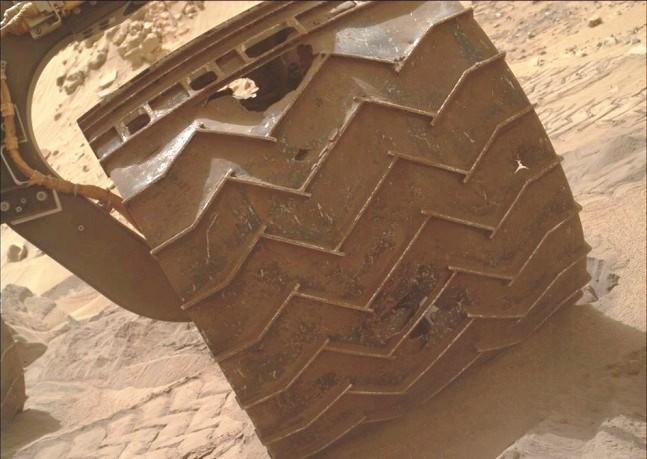 تصویری از یکی از چرخ های کنجکاوی که در این مسیر سنگ لاخ و خشن دچار پارگی و آسیب شده است.