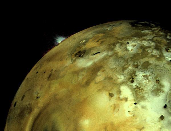 تصویری از انفجار عظیم آتشفشانی در آیو قمر مشتری که فضاپیمای ویجر 1 در سال 1979 به ثبت رساند.