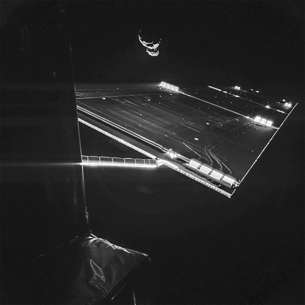 دنبالهدار 67P که در این تصویر پشت سر فضاپیما دیده میشود، در فاصله 48 کیلومتری روزتا قرار دارد. این عکس توسط کاوشگر فیلای که روی فضاپیما است گرفته شده است.