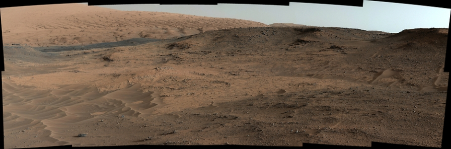 تصویری از منطقه مورد مطالعه کاوشگر کنجکاوی که توسط دوربین روی دکل خود به ثبت رسانده است.