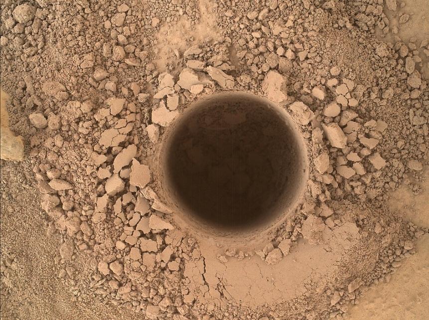 این عکسی است که کنجکاوی با دوربین MAHLI خود از نخستین حفاری بر روی کوه شارپ گرفته است.