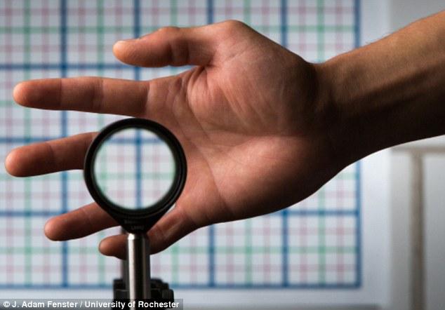 نامرئی سازی دست با استفاده از لنزهایی که نور را منحرف می کنند.