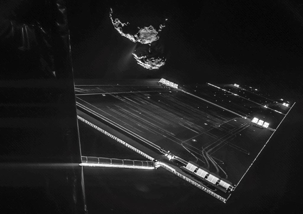 سلفی دنبالهدار ۶۷P و فضاپیمای روزتا، این عکس توسط کاوشگر فیلای از فاصله ی 16 کیلومتری تا مرکز دنباله دار گرفته شده است.