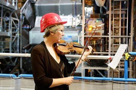 """""""پیپا ولز"""" فیزیکدان بریتانیایی در سرن در حال نواختن ویولن"""