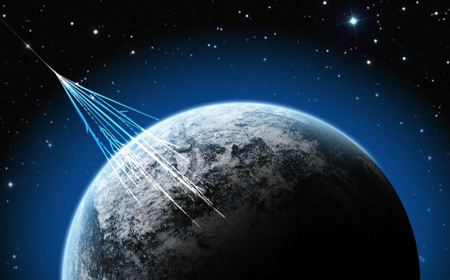 تصویری هنری از نفوذ پرتوهای پر انرژی کیهانی به جو زمین
