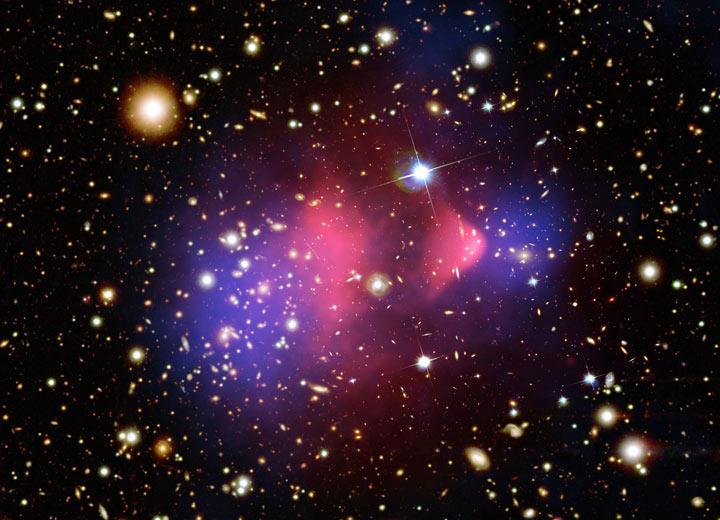 در این تصویر رنگ صورتی نشان دهنده گاز داغ که اکثرا اجرامی مادی و درخشان را نشان می دهد، و رنگ آبی تجسمی از ماده تاریک بر اساس اندازه گیری عدسی گرانشی میباشد.