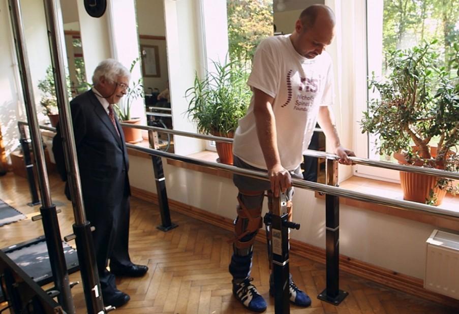 این بیمار پس از عمل جراحی راه رفتن را با کمک میله حمایت و آتل های مخصوص آغاز کرد.