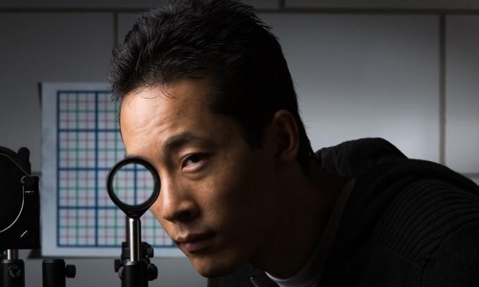 این تصویر واقعی است: جوزف چوی از دانشجوی دکتری روچستر در حال آزمایش نامرئی سازی
