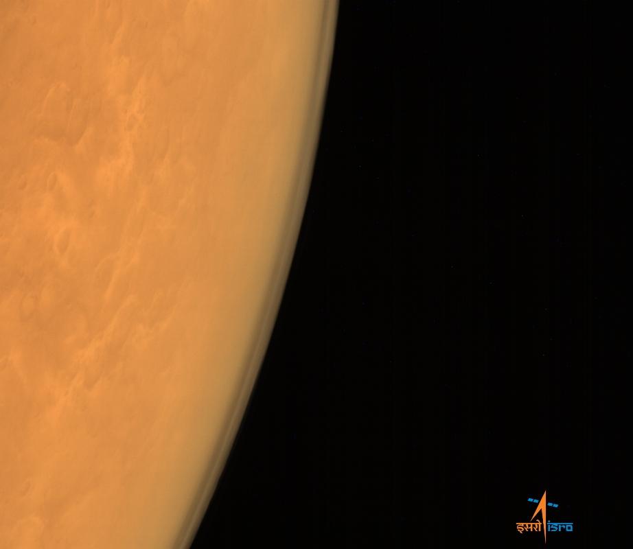 این عکس که در آن جو سیاره سرخ به وضوح مشخص است را مدارگرد هندی از ارتفاع 8449 کیلومتری پس از رسیدن به مدار سیاره گرفته است.