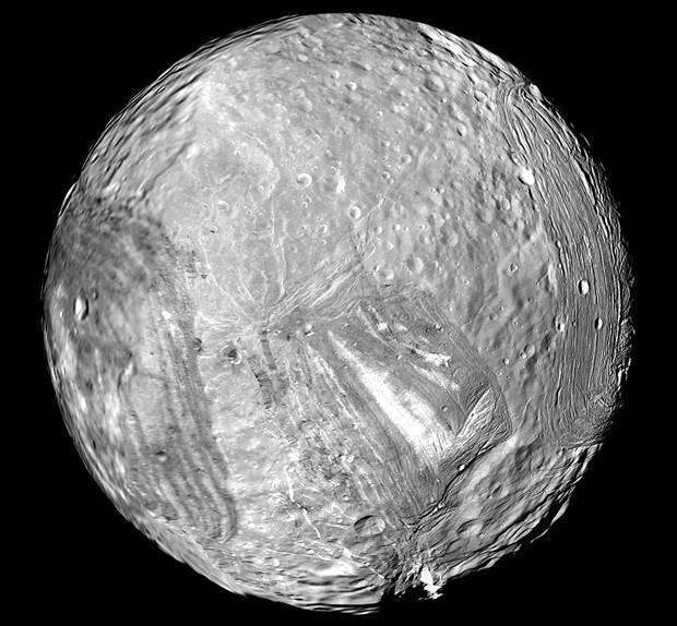 """این عکس مربوط به نیمکره جنوبی """"میراندا"""" قمر اورانوس میباشد که در سال 1986  توسط کاوشگر وُیجر2 ناسا گرفته شده است."""