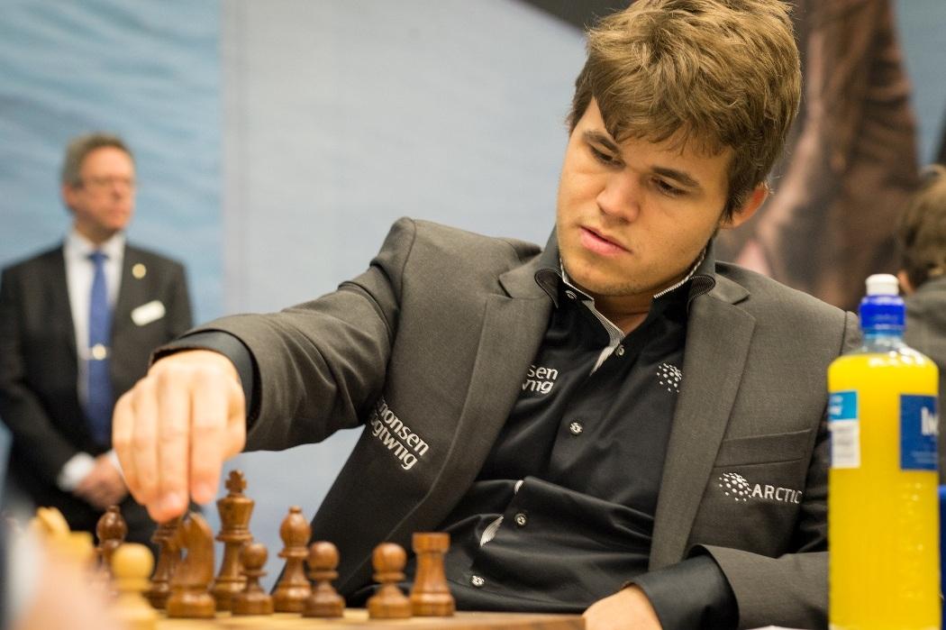 تصویری از اسون ماگنوس اون کارلسن استاد بزرگ و نابغه شطرنج اهل نروژ است که بازیکن شماره یک رتبهبندی جهانی شطرنج و قهرمان فعلی شطرنج جهان است.