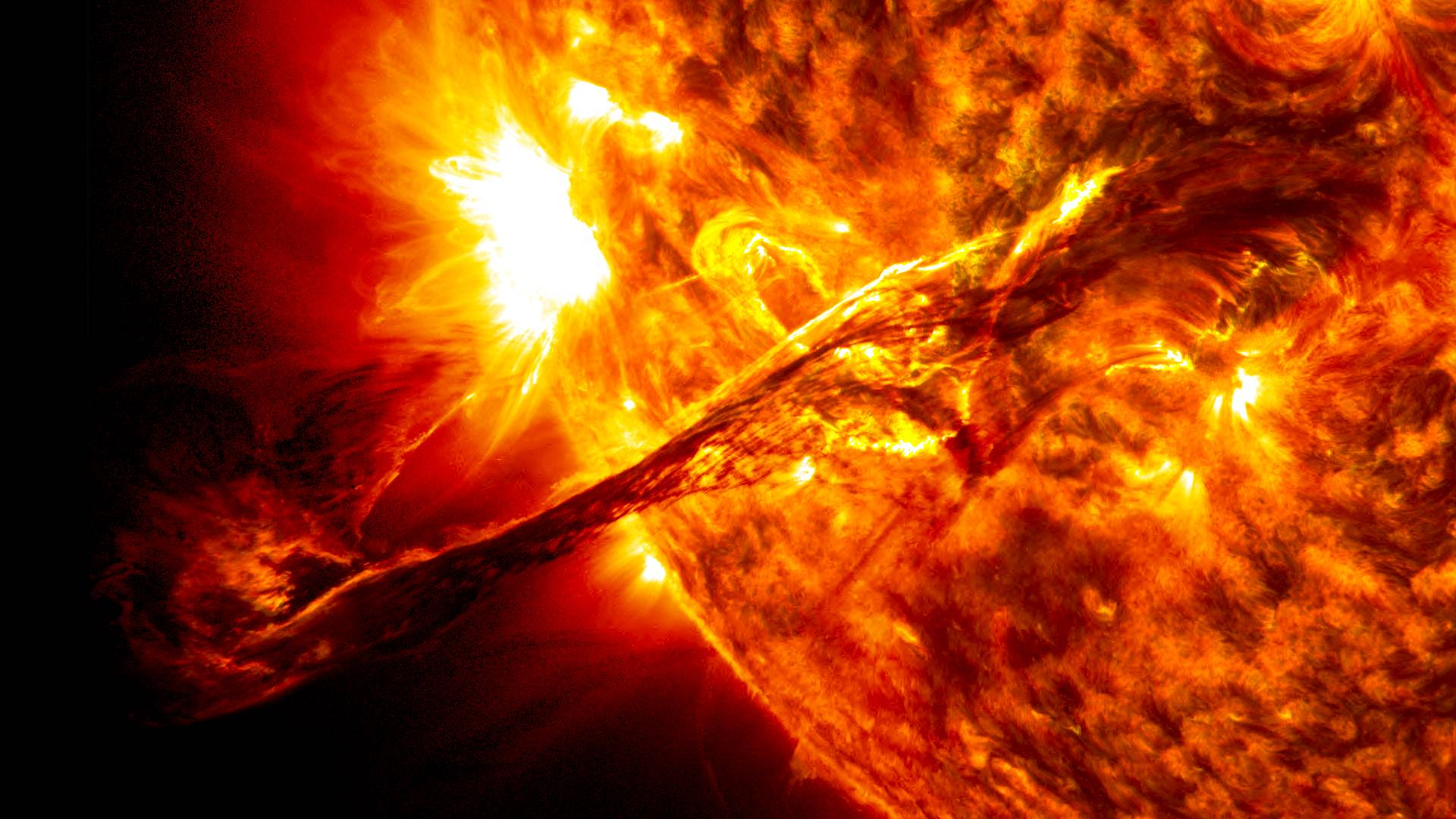 خورشید یک کُرهٔ کامل است که از پلاسمای داغ ساخته شدهاست و در میانهٔ آن میدان مغناطیسی برقرار است.