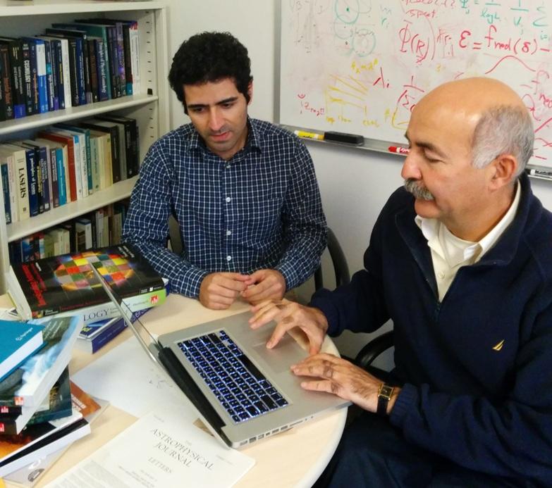 تصویری از بهنام درویش (سمت چپ) و بهرام مبشر ستاره شناسان ایرانی گروه فیزیک و نجوم دانشگاه ریورساید را مشاهده می کنید.