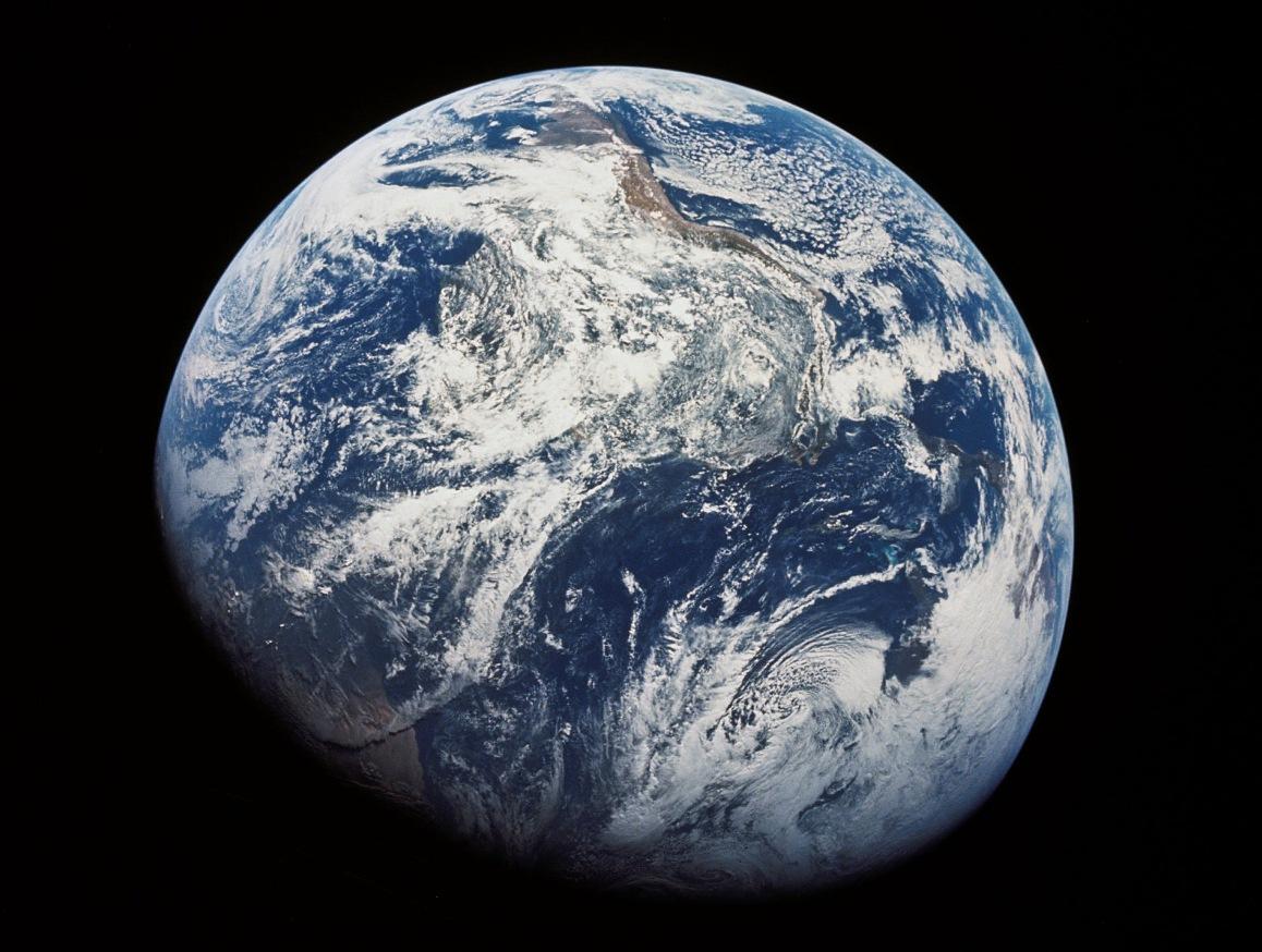نخستین عکس بشر از کل سیارۀ زمین که ویلیام آندرس در دسامبر سال 1968 در ماموریت آپولو 8 گرفته است.