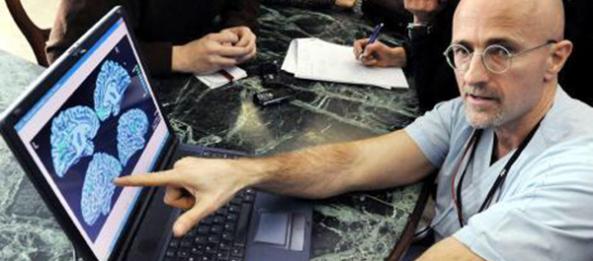 تصویری از دکتر سرجیو کاناورو، عصبشناس ایتالیایی که در پی عملی کردن پیوند سر انسان به بدن انسان دیگر است.
