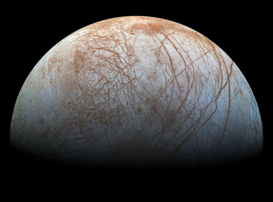 """تصویر ویرایش شده جدید از """"اروپا"""" قمر یخ زده مشتری که از داده های فضاپیمای گالیله در اواخر دهه 90 بدست آمده است."""