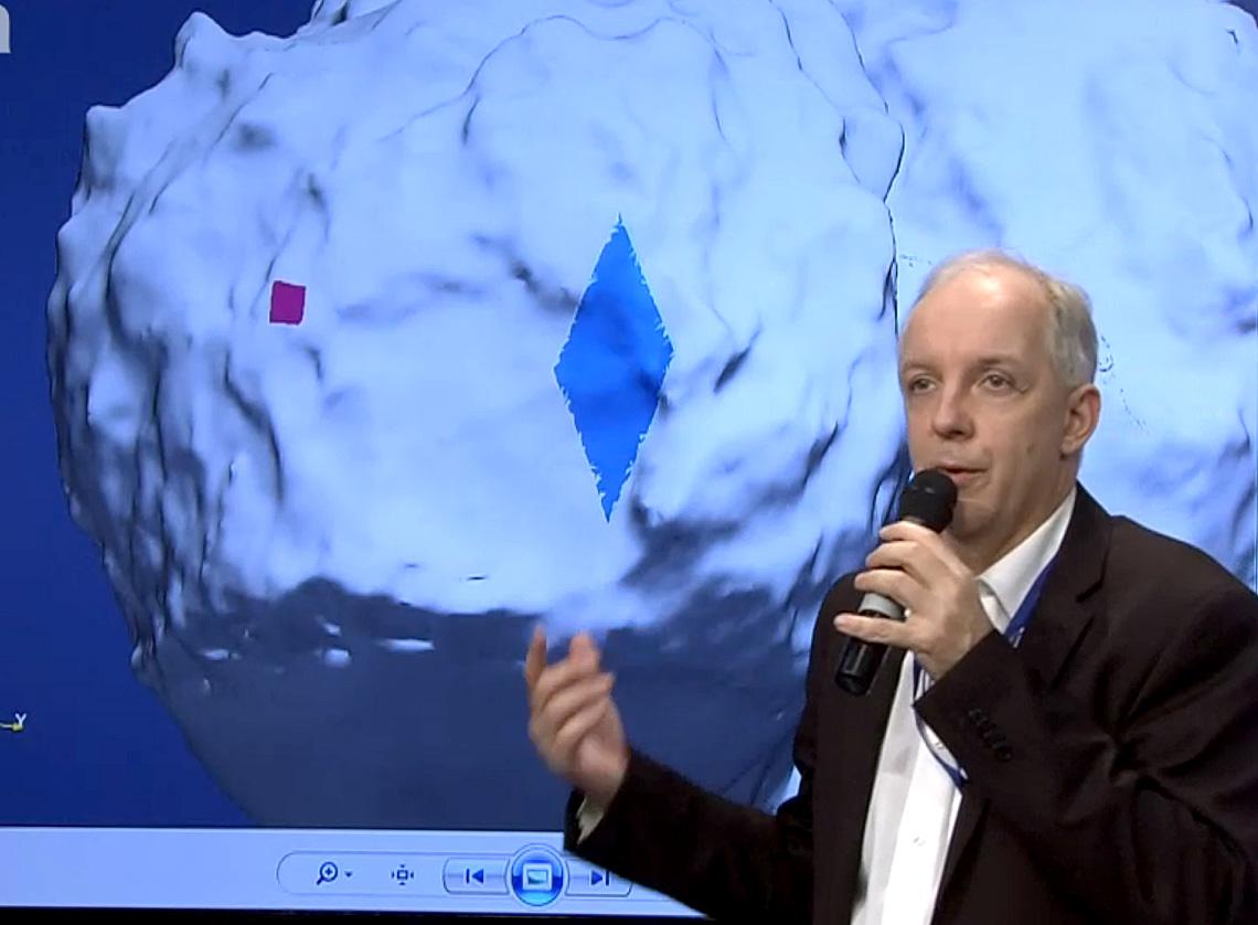 استفان اُلامک مدیر فرودگر فیلای توضیح داد که به دلیل عمل نکردن یکی از پیشرانه ها، این کاوشگر در 100 متری محل تعیین شده فرود آمد.