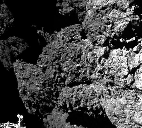 تصویری از نخستین عکس دنباله دار را مشاهده می کنید که بافت خشن آن و یکی از پایه های فیلای به وضوح مشخص است.